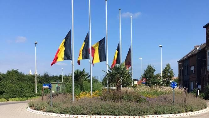Boom hangt vlaggen halfstof ter herdenking van slachtoffers noodweer