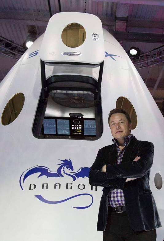 Musk bij de voor passagiers geschikte versie van het ruimtevrachtschip Dragon van SpaceX.