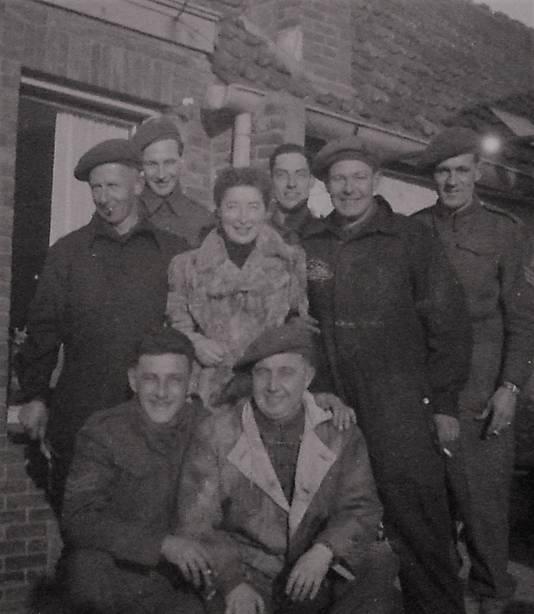 Zuster Bernarda Coes met geallieerde vrienden, winter 1944.