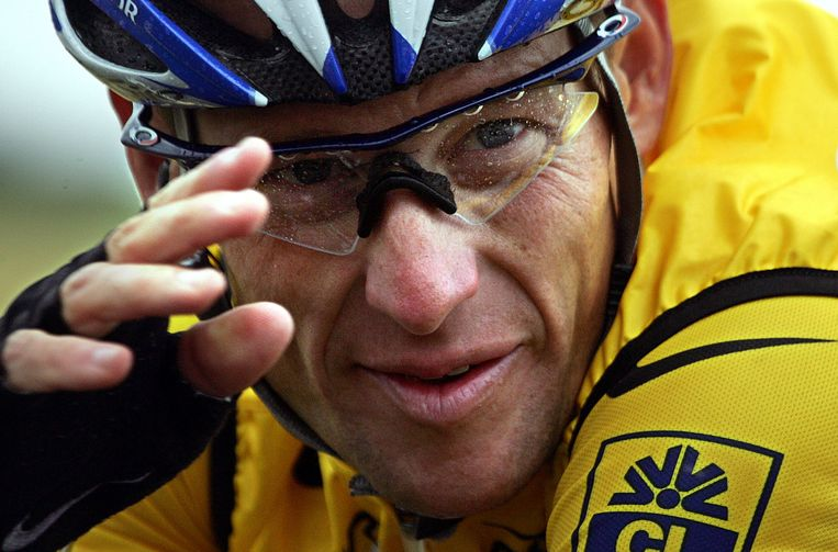 (FILES) This file picture taken on July 8, 2004 shows US rider Lance Armstrong (US Postal/USA) during the fifth stage of the 91st Tour de France cycling race between Amiens and Chartres. Lance Armstrong has agreed to pay $5 million in order to settle his looming federal fraud case stemming from his use of performance-enhancing drugs during the Tour de France, US media reported on April 19, 2018. The former cycling superstar was due to face a trial next month over claims that he defrauded the US government when he doped while racing for his United States Postal Service-sponsored team. / AFP PHOTO / Joël SAGET Beeld AFP