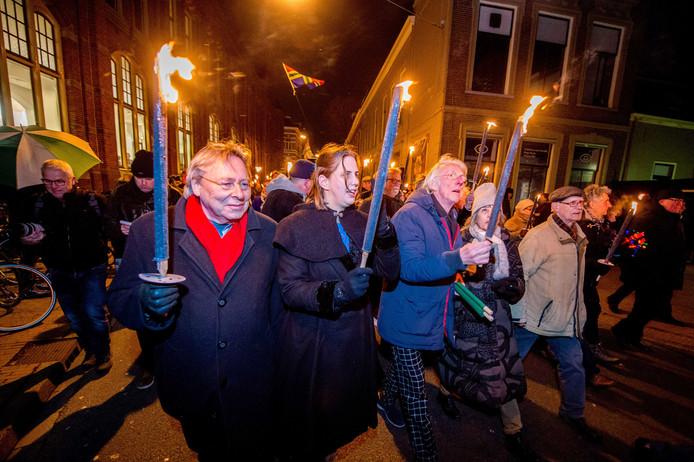 Burgemeesters uit het aardbevingsgebied en Commissaris van de Koning René Paas lopen mee in een fakkeloptocht door het centrum van de stad.