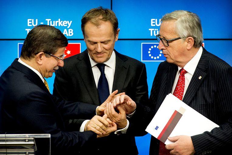 Minister-president van Turkije, Ahmet Davutoglu, Voorzitter van de Europese raad, Donald Tusk (M) en Voorzitter van de Europese Commissie, Jean-Claude Juncker (R) tijdens de Europese top. Beeld anp