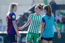 Merel van Dongen praat bij met mede-internationals Stefanie van der Gragt en Lieke Martens van FC Barcelona.