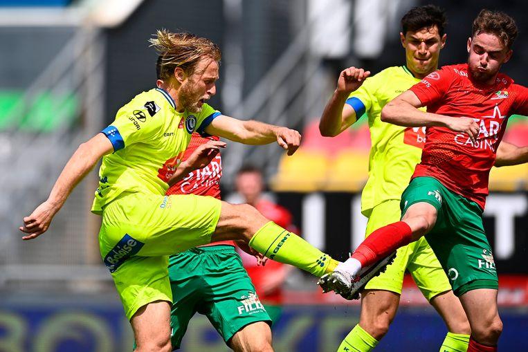 Roman Bezoes van AA Gent scoort in Oostende. Beeld Photo News