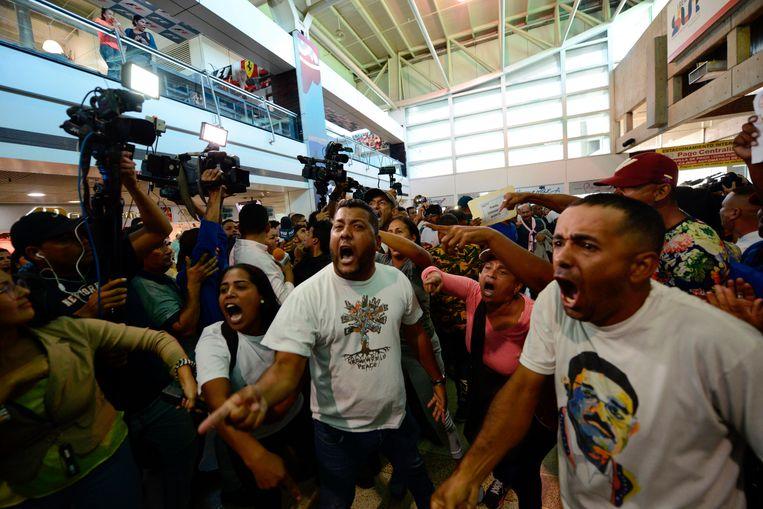 Demonstranten in het luchthavengebouw.