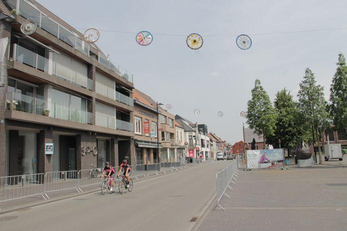 Er hangen overal wielerversieringen in Ingelmunster, gemaakt door kinderen van alle scholen.