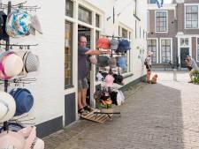 """Souvenirverkoper heeft lak aan verbod op uitstallingen in Zierikzee: ,,Ze zullen toch wel eerst een waarschuwing geven?"""""""