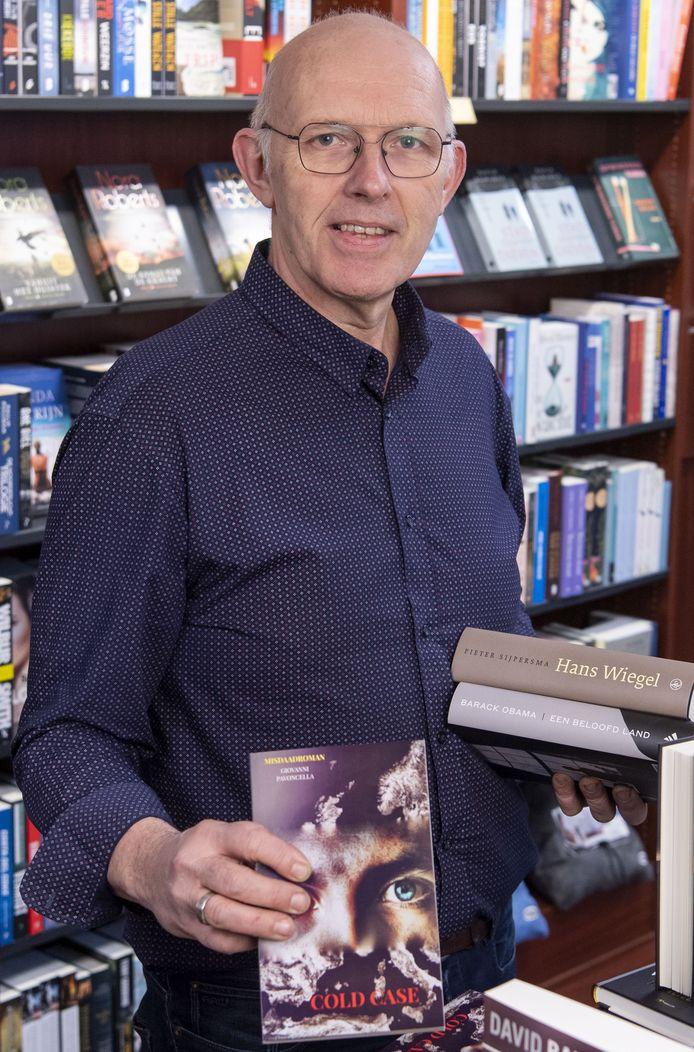 """Arthur Bake, eigenaar Boek en Buro. """"Het dagboek van Anne Frank is daarop een uitzondering. Dat boek wordt het hele jaar gekocht. Veelal door jongeren."""""""