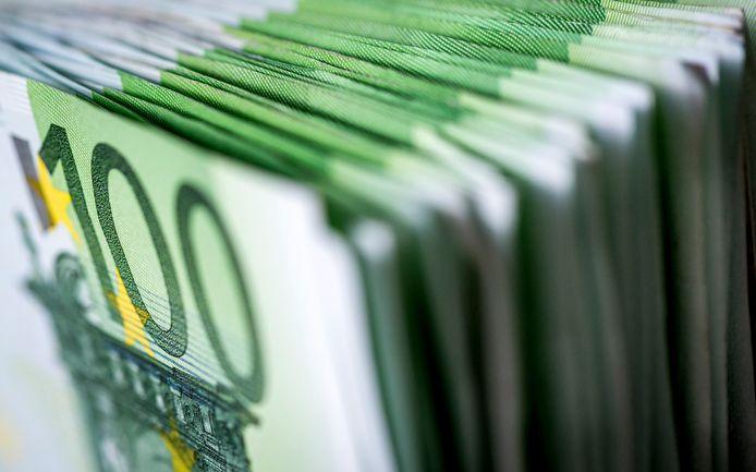Een stapel van honderd euro biljetten.