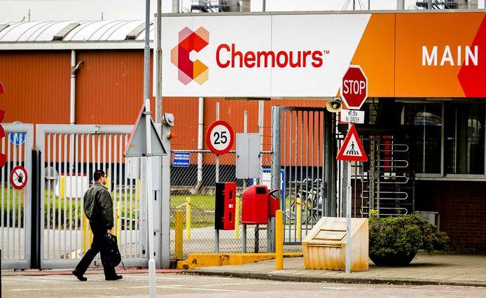 De hoofdingang van chemiebedrijf Chemours in Dordrecht.
