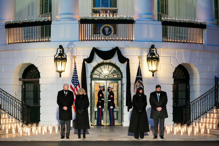 Na de toespraak verschenen de twee koppels voor het Witte Huis, waar het hymne 'Amazing Grace' gespeeld werd door een orkest van mariniers.  Beeld EPA