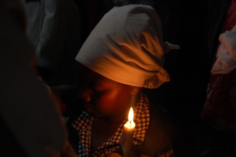 Een elfjarige tijdens een rituele zegening. Vanaf de eerste menstruatie leren meisjes de kunst  van het verleiden. Beeld Daan Bauwens