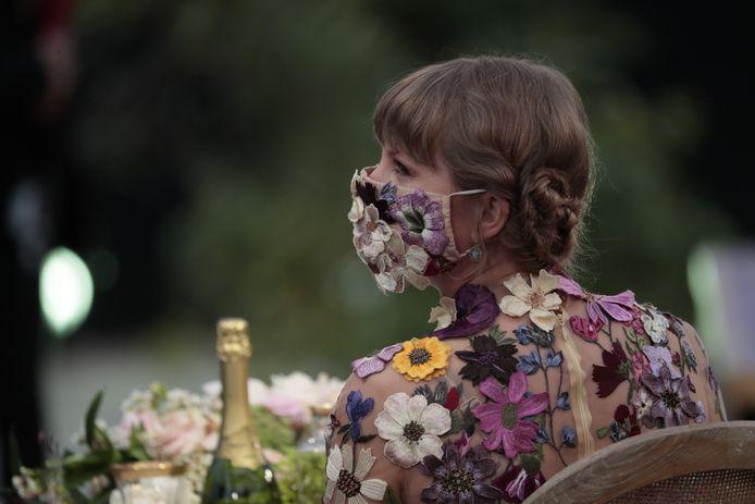 Taylor Swift met een fleurig masker.