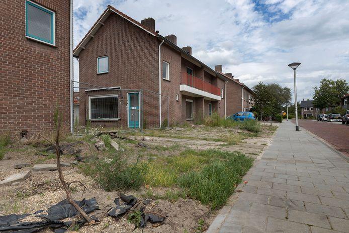 De duplexwoningen aan de Van der Weidenstraat (foto) en twee eengezinswoningen aan de Sprengersstraat in de Helmondse wijk Stiphout gaan plaatsmaken voor nieuwbouw.