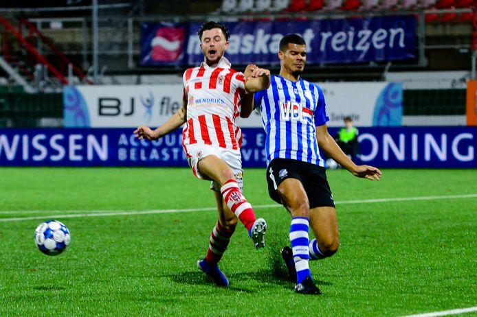 Mawouna Amevor (r) in actie voor FC Eindhoven tegen TOP Oss.