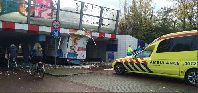 De vrachtwagen stond enige tijd klemvast in het tunneltje onder de Waterlinieweg.