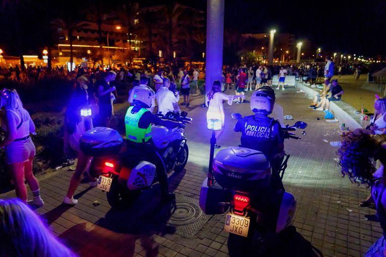 Archiefbeeld van de politie op de boulevard in badplaats Playa de Palma.  Beeld Hollandse Hoogte / Imago Stock & People GmbH