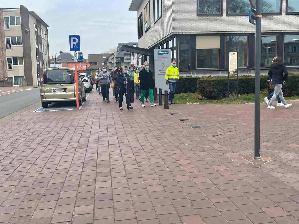 De aanwezige stadsmedewerkers mochten na een halfuur alweer naar binnen.