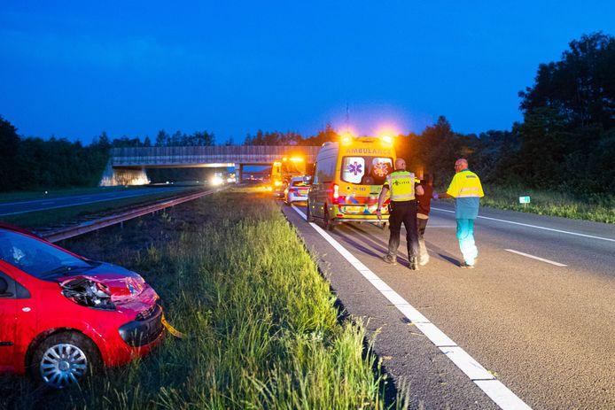 De uit Spanje afkomstige bestuurster wordt na het eenzijdige ongeval op snelweg A50 meegenomen door de politie.