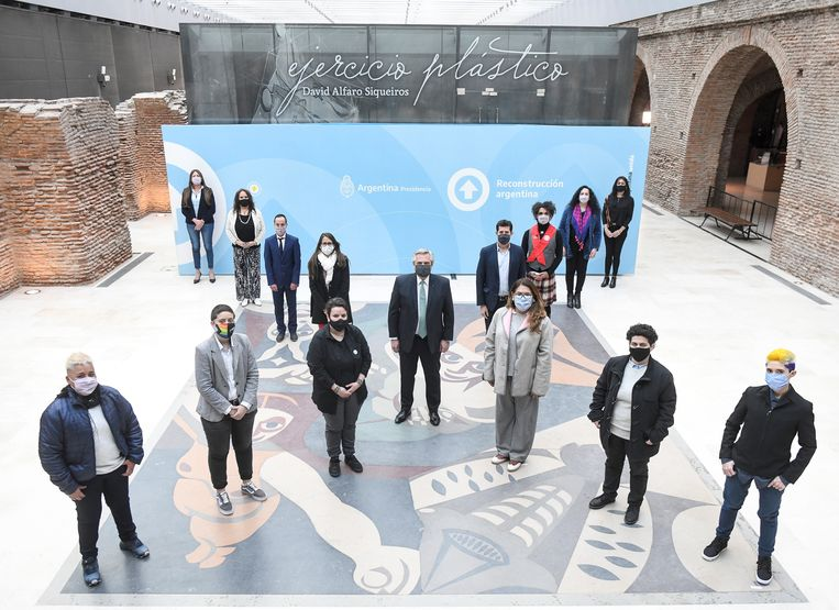 De Argentijnse president Alberto Fernández (midden) met vertegenwoordigers van maatschappelijke organisaties tijdens de bekendmaking van het inclusieve beleid. Beeld EPA