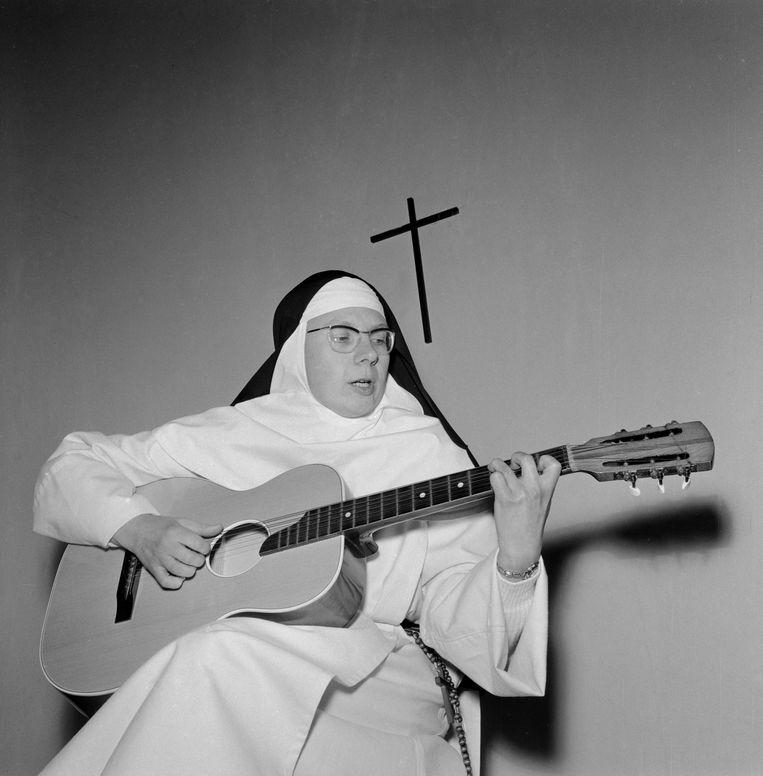 De zingende non Jeanine Deckers, beter bekend als Sœur Sourire. Beeld Mirrorpix via Getty Images