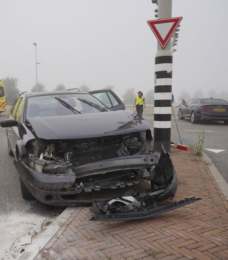 Automobilist naar ziekenhuis na flinke klap op Waalbrug bij Nijmegen
