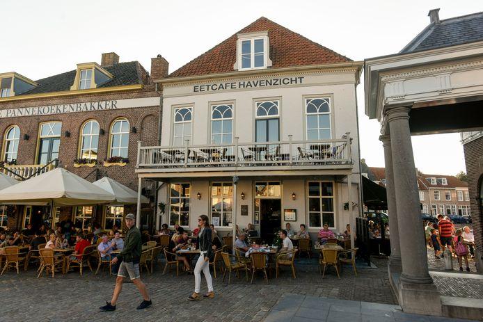 De Pannekoekenbakker en café Havenzicht op de Vismarkt in Heusden. Bevoorraden gebeurt via de achterkant.