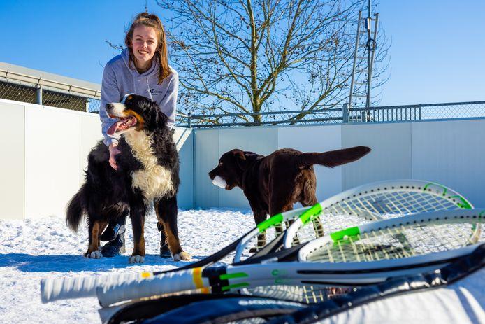 Rolstoeltennisster Jinte Bos wil naar de Paralympics daarnaast volgt zij een opleiding tot dierenartsassistente en loopt stage bij hondenpension Nicky in Veldriel waar ze zorg draagt voor Mika (witte snuit) en Luca.