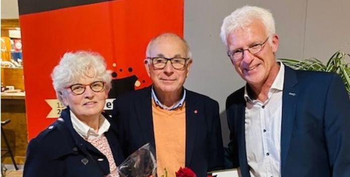 Het echtpaar Zwitserloot met rechts Treffers-voorzitter Jochoms.