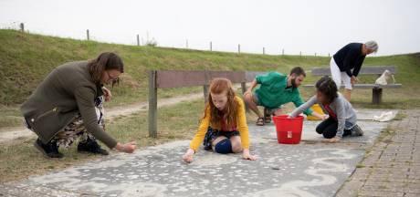 Hup, strooi eens een tapijtje van zand in je huis; Kunstenaar Paul Nieboer pleit voor terugkeer van de traditie