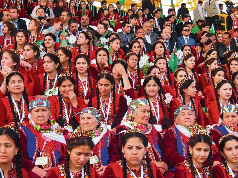 Turkmeense vrouwen tijdens een paardenverkiezing. Beeld rv Erika Fatland