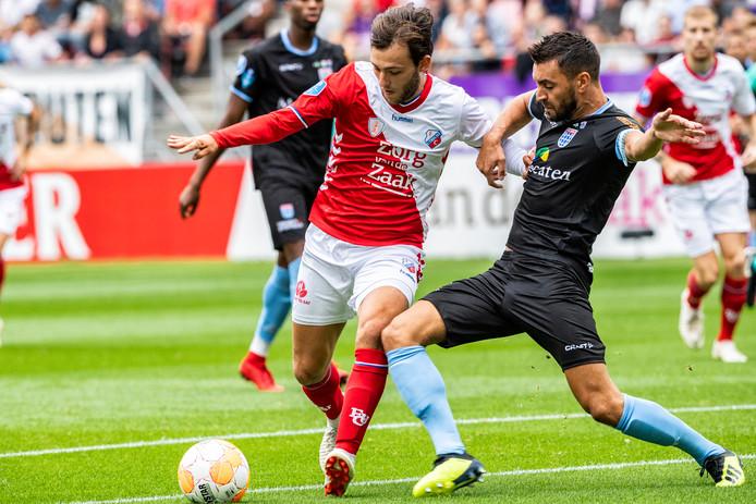 Joris van Overeem in actie tegen PEC Zwolle, waarin hij zondag scoorde en later rood kreeg.