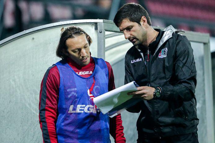 Stefan Maletic (rechts) met middenvelder Edgar Barreto.
