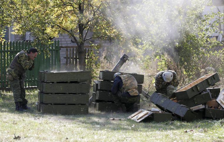 Pro-Russische rebellen vuren een mortiergranaat af bij het internationale vliegveld in Donetsk. Beeld epa