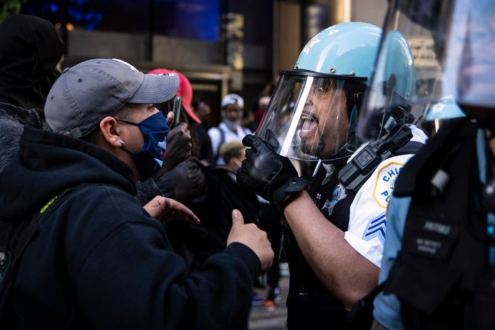 Politieagenten botsen met demonstranten.