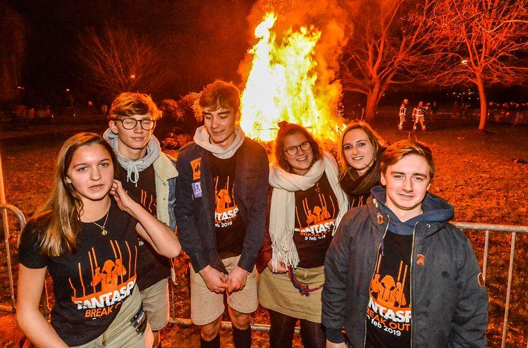 Wervik  Enkele leden van chiro Jow maakten tijdens de kerstboomverbranding promotie voor Fantaspi.