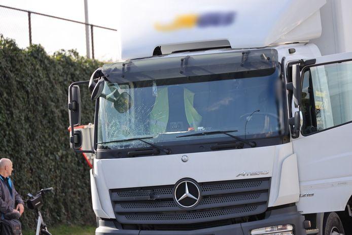 Fietser belandt op voorruit van vrachtwagen in Waalwijk en overlijdt.