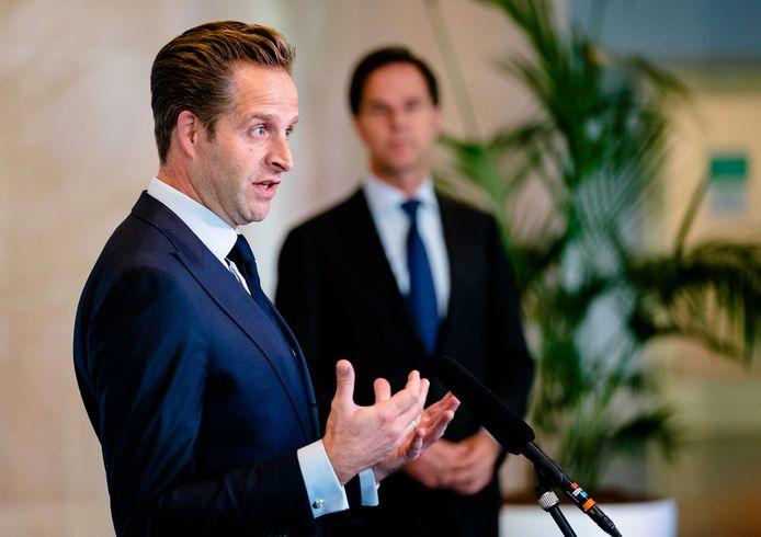 De oppositie ziet het liefst dat premier Rutte en minister De Jonge terugkeren van vakantie nu het aantal coronabesmettingen weer oploopt. Tijdens de vakantie werken ze gewoon door.