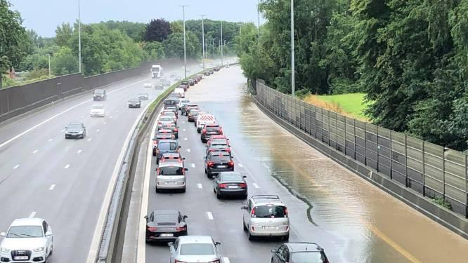 Indrukwekkende beelden tonen hoe auto's door volledig overstroomde E40 moeten rijden