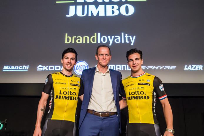 Richard Plugge, teambaas van Jumbo-Visma, poseert met zijn sterren Primoz Roglic (links) en Dylan Groenewegen.