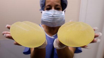Duitse douane snapt drugskoerier met kilo cocaïne in borstimplantaten