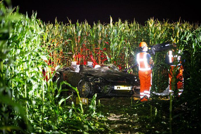 Niels M. (33) uit Kampen belandde met de Porsche van zijn werkgever op de kop in een maisveld bij Elburg. Zijn 41-jarige bijrijder uit Dronten overleefde die klap niet.
