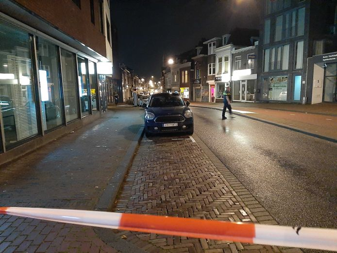 De schietpartij vond plaats op het deel tussen de kruisingen met de Singel en de Spuiboulevard. De politie heeft dat gedeelte van de Spuiweg afgezet voor sporenonderzoek.