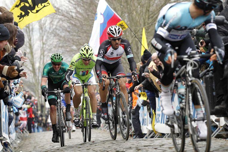 Peter Sagan (M) en Pabian Cancellara (R) in actie op de Oude Kwaremont tijdens de Ronde van Vlaanderen in 2013 Beeld anp