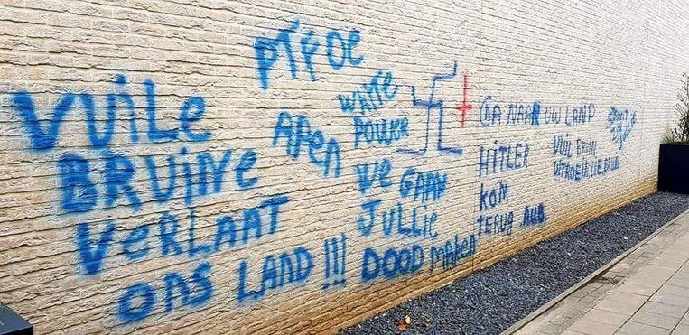 Op het oude postgebouw in het centrum van Lanaken heeft een vandaal racistische graffiti aangebracht Beeld TV