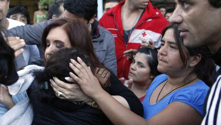 President Cristina Kirchner troost slachtoffers van de overstromingen in Buenos Aires. Beeld reuters