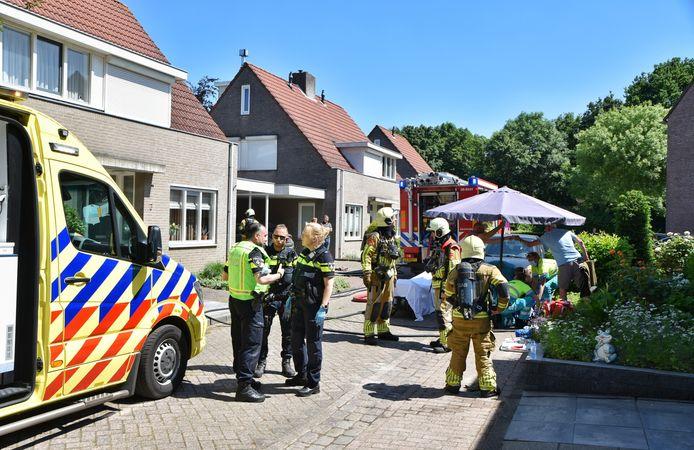 Twee personen zijn zondagmiddag rond 12.30 uur gewond geraakt bij een brand op de Goordijk in Hilvarenbeek. Een van de twee personen, een vrouw, is zwaargewond naar het ziekenhuis gebracht.