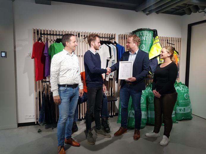 De overhandiging van het certificaat door Gerard Blijleven, Marien Groenendijk en Martijn de Jong. Daarnaast Kelly Ruigrok.