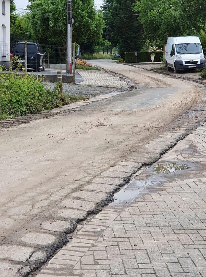 Daags na de zondvloed bleef heel wat modder achter in de straten.