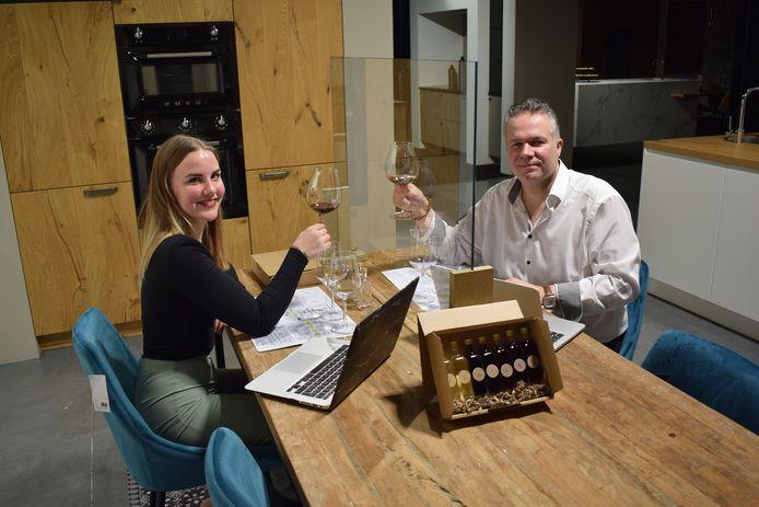 Delphine Van Tornhaut en Bernard Beert bij hun eerste digitale wijnproeverij.